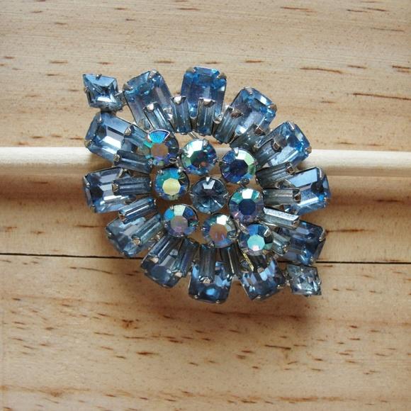 Vintage Jewelry - Weiss Brooch